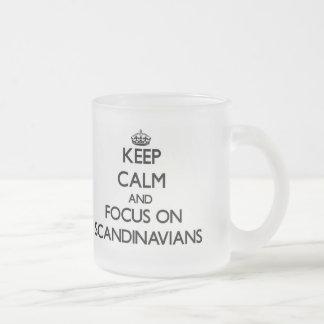 Håll lugn och fokusera på skandinav mugg