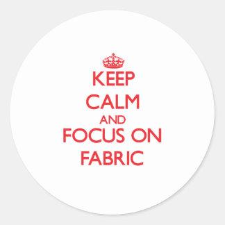 Håll lugn och fokusera på tyg rund klistermärke
