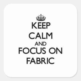 Håll lugn och fokusera på tyg fyrkantigt klistermärke
