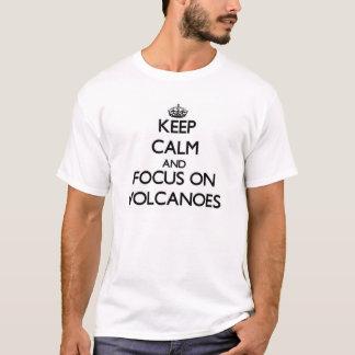 Håll lugn och fokusera på vulkaner tee shirt