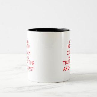 Håll lugn och lita på arkivarien Två-Tonad mugg