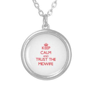 Håll lugn och lita på barnmorskan personliga halsband