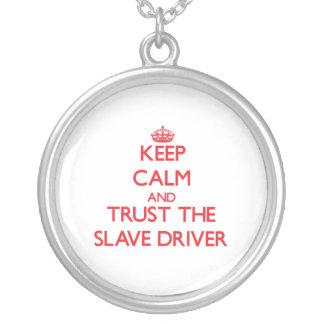 Håll lugn och lita på den slav- chauffören hängsmycken