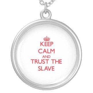 Håll lugn och lita på det slav- anpassningsbara smycken