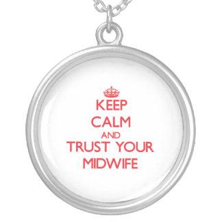 Håll lugn och lita på din barnmorska hängsmycke