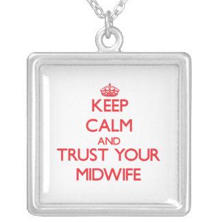 Håll lugn och lita på din barnmorska halsband med fyrkantigt hängsmycke