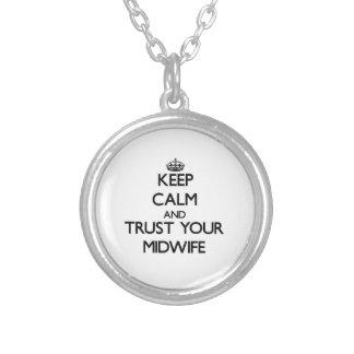 Håll lugn och lita på din barnmorska halsband med rund hängsmycke