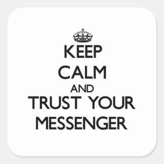 Håll lugn och lita på din budbärare fyrkantiga klistermärken