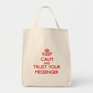 Håll lugn och lita på din budbärare tote bag
