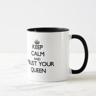Håll lugn och lita på din drottning mugg