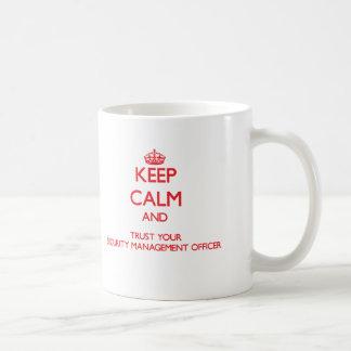 Håll lugn och lita på din säkerhetsledning Offic Kaffe Koppar