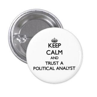 Håll lugn och lita på en politisk analytiker knapp med nål