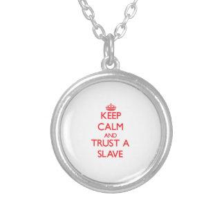 Håll lugn och lita på ett slav- skräddarsydda halsband