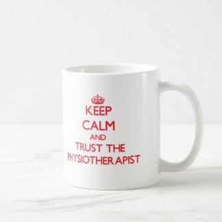 Håll lugn och lita på physiotherapisten kaffemugg