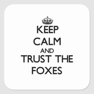 Håll lugn och lita på rävarna fyrkantigt klistermärke