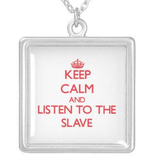 Håll lugn och lyssna till det slav- hängsmycke
