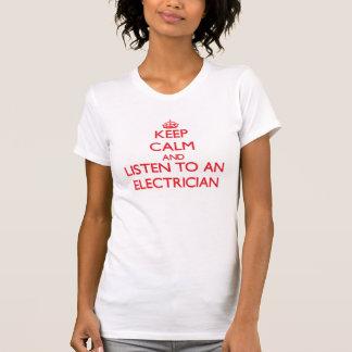 Håll lugn och lyssna till en elektriker tee shirts
