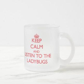 Håll lugn och lyssna till nyckelpigorna frostad glasmugg