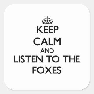 Håll lugn och lyssna till rävarna fyrkantigt klistermärke