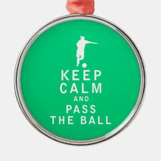 Håll lugn och passera bollen rund silverfärgad julgransprydnad
