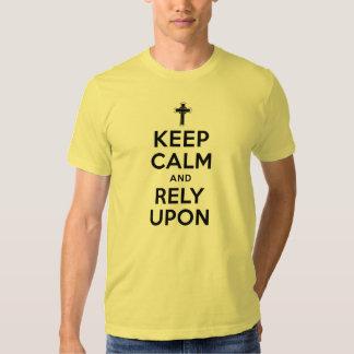 Håll lugn och Rely på den kristna skjortan T Shirts