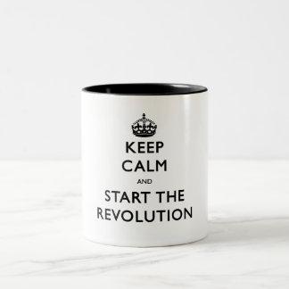 Håll lugn och starta revolutionen Två-Tonad mugg