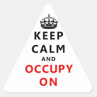 Håll lugn och uppta på triangelformat klistermärke