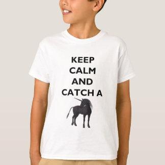 Håll lugnat och fånga Unicornunge den Hanes T Shirt