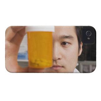 Hållande pillflaska för man iPhone 4 skydd