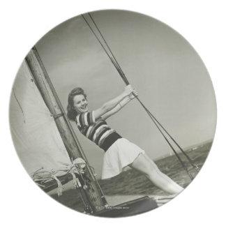 Hållande Rigging för kvinna på yachten Tallrik