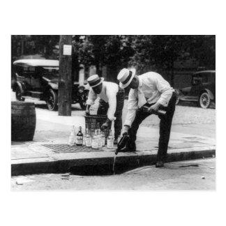 Hällande Whiskey in i en avklopp, 1930 Vykort