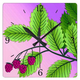 Hallon på en gren fyrkantig klocka