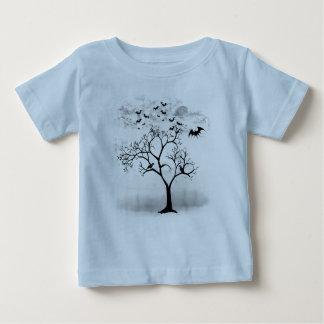 Halloween fladdermöss och kråkor i läskigt träd t-shirt