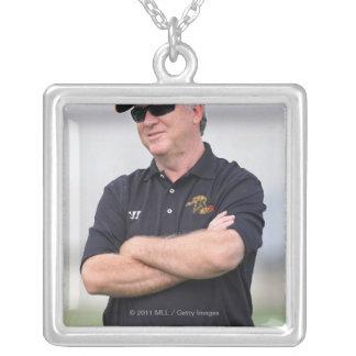HAMILTON KANADA - JUNI 25: Huvudtränare B.J. Silverpläterat Halsband