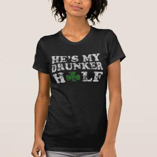 Han är mitt mer berusade halva st patrick's daypar t-shirt