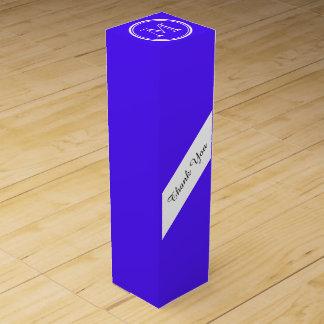Han avslutar den purpurfärgade kicken den kulöra förpackning för vinflaska