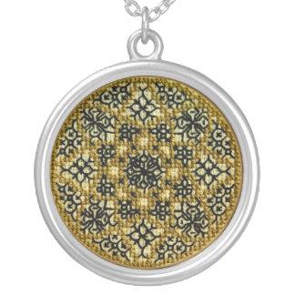 Hand broderade den guld- mandalaen silverpläterat halsband