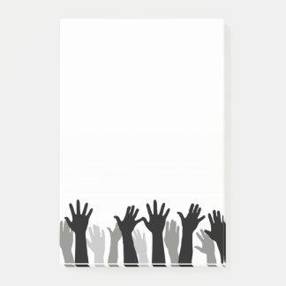 Händer postar det noterar post-it lappar