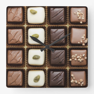 Handgjord lyxig choklad i en boxas fyrkantig klocka
