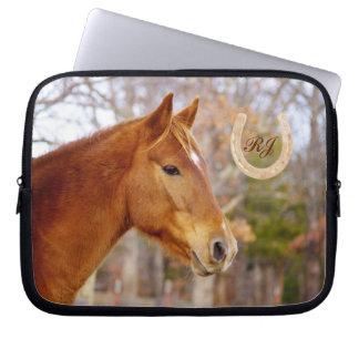 Härlig kastanjebrun hästMonogramlaptop sleeve Datorskydds Fodral