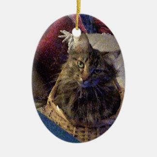 Härlig kattunge för TabbyMaine Coon i en basket Julgransprydnad Keramik
