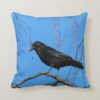 Härlig kråka på Perch i en träddekorativ kudde