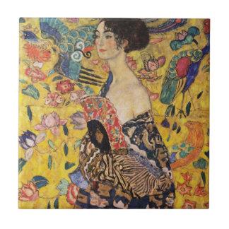Härlig kvinna med fläkten vid Klimt Kakelplatta