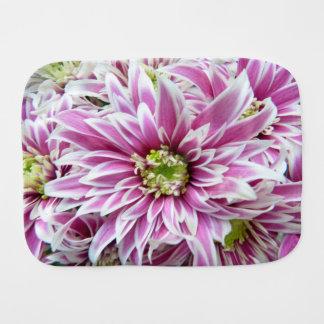 Härlig lila- och vitblomma bebistrasa