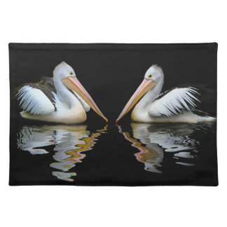 Härlig pelikanreflexion på svart vatten, gåva bordstablett