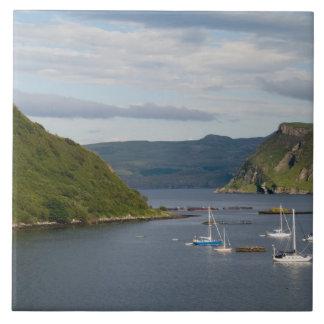 Härlig port och segelbåtar med reflexioner in kakelplatta