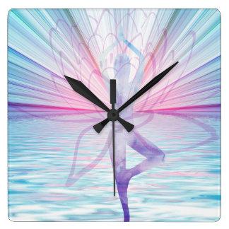 Härlig rosa- & blåttVrikshasana Yoga tar tid på Fyrkantig Klocka