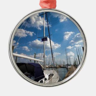 Härlig segelbåt på pir julgransprydnad metall