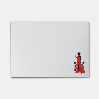 Härlig silhouette av den unga kvinnan med post-it block