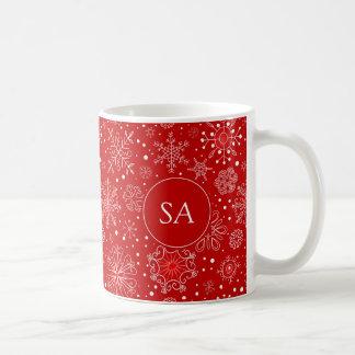 Härlig snöflingor på röd bakgrundsjul kaffemugg